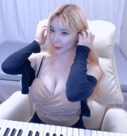 여친 거유 피아노 치는데 가슴이 흔들리네..ㄷㄷㄷ